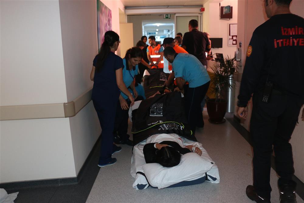 Een patiënt slepend evacueren bij een ontruimingsoefening in Izmir, Turkije