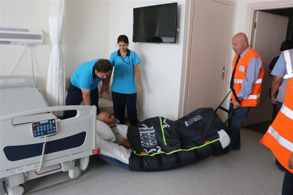 Een patiënt wordt met matras geëvacueerd